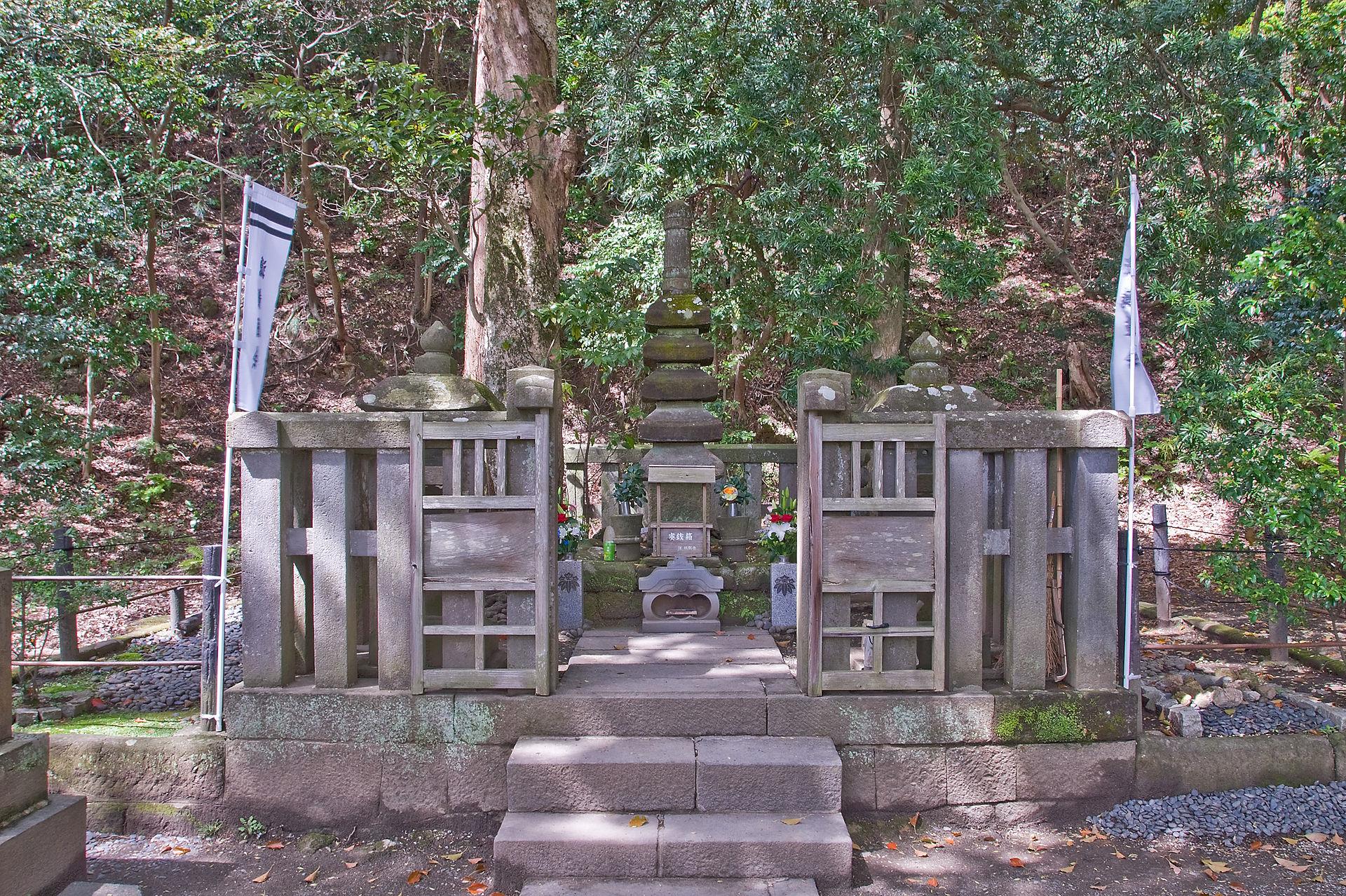 11 Yoritomo Grave