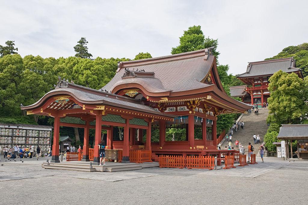 1024px-Kaguraden-Hachimangu_Kamakura